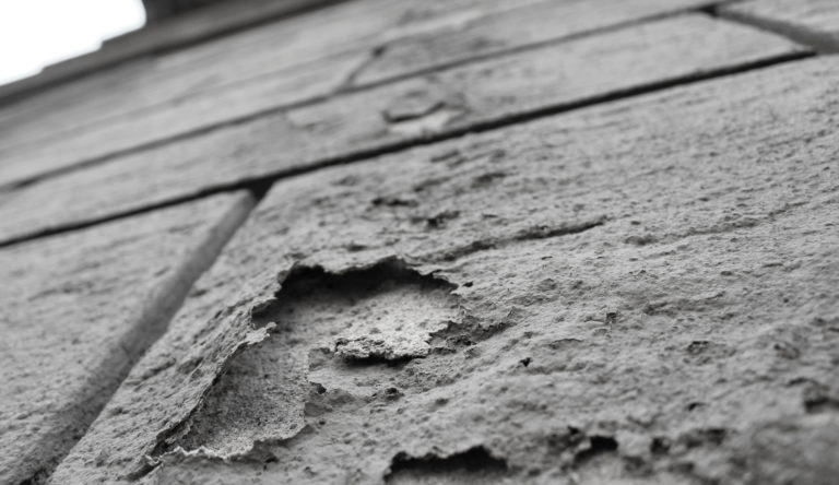Chi deve pagare i danni per l'umidità di risalita in condominio?