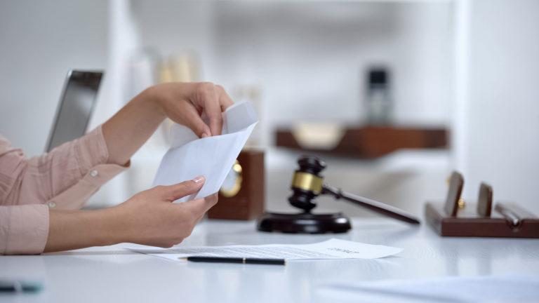 Assegno di mantenimento: spetta alla ex moglie benestante?